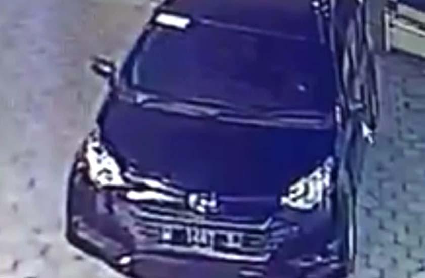 Mobil pelaku diparkir depan Masjid. (repro)