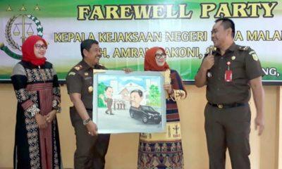 Farewell : Kepala Kejaksaan Negeri Kota Malang Amran Lakoni saat mendapat cenderamata dari Kasi Pidsus Ujang Supriadi. (gie)