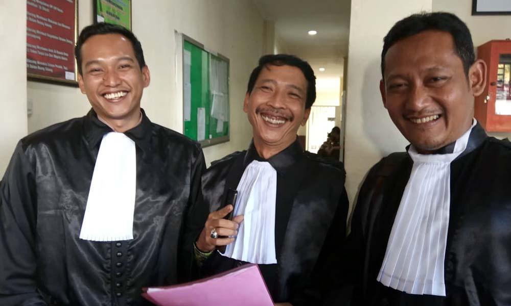 Tim pengacara terdakwa Samsul. (sur)