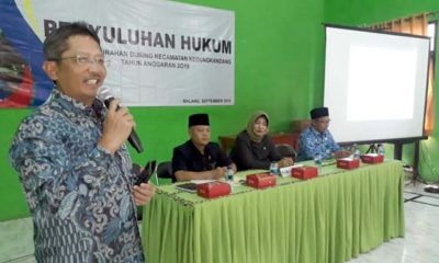 Ketua Peradi Malang Raya Iwan Kuswardi SH saat memberikan sosialisasi kepada puluhan masyarakat Buring. (gie)