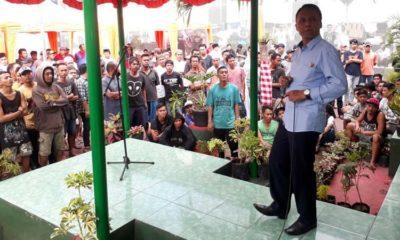 Kalapas Kelas I Malang Yudi Suseno BcIP SPd MSi saat menyanyikan lagu Bongkar. (gie)