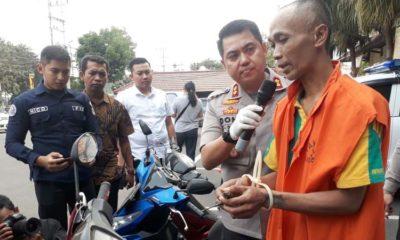 Bambang Harianto saat memperagakan aksi nya mencuri motor. (gie)