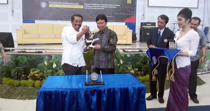 Direktur Polinema Drs Awan Setiawan saat menerima cendramata dari Edward Sirait, Preaident Direktur Lion Air. (gie)