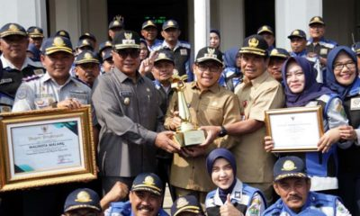 Sutiaji Terima Piala WTN dari Kepala Dishub Kota Malang