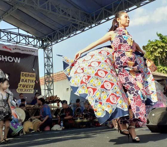 Fashion Show Batik di Festival Batik Claket. (ist)