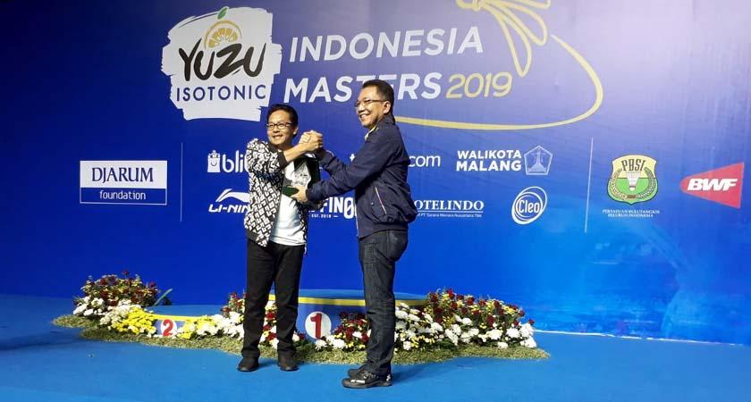 Walikota Malang Drs H Sutiaji saat mendapat penghargaan atas suksesnya Yuzu Indinesia Masters di Kota Malang. (gie)