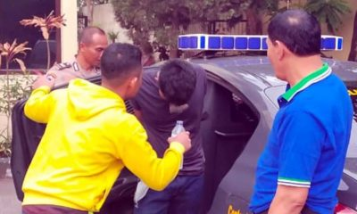 NGAMUK : Laki-laki berkaos hitam mengaku bernama Dian, saat dibawa ke Polsekta Blimbing. (Ist)