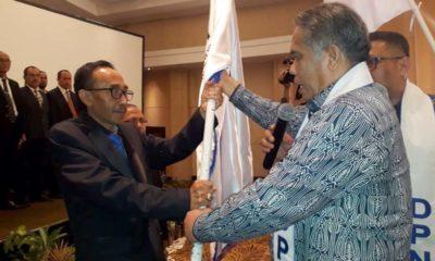 Ketua DPC Peradi RBA Akhmad Siswanto SH saat menerima bendera Peradi dari Ketua DPN Peradi RBA, Dr Luhut MP Pangaribuan SH LLM. (gie)