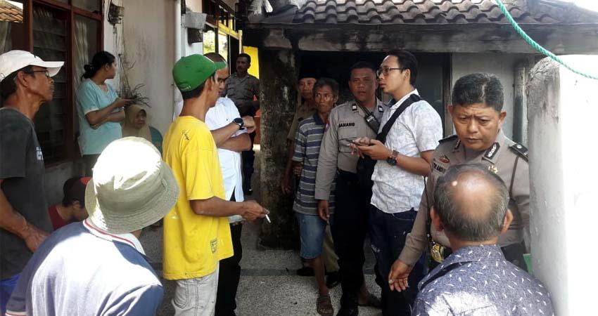 Petugas kepolisian saat mendatangi rumah Satupah. (ist)