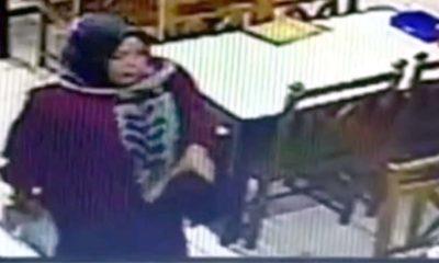 PENAMPILAN PELAKU : Inilah sosok ibu-ibu yang mengambil Hp di warung sate Bang Saleh. (repro CCTV)
