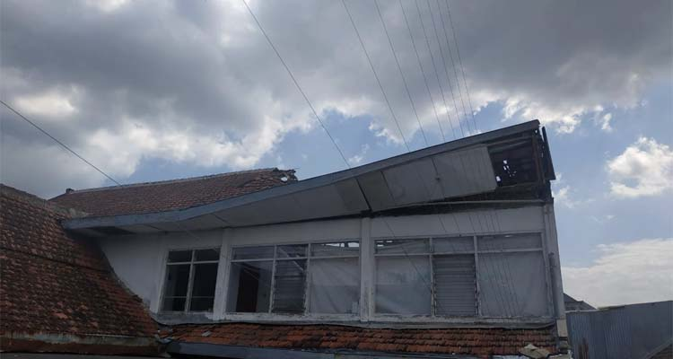 Atap Kantor Bawaslu Kota Malang Ambrol. (ist)