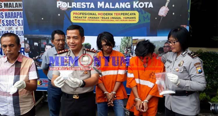 Kapolres Malang Kota AKBP Dr Leonardus Harapantua Simarmata Permata S Sos SIK MH saat merilis kedua rersangka suhartoyok alias Dul dan Imam. (gie)