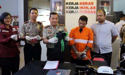 NYAMAR : Kapolresta Malang Kota AKBP Dr Leonardus Simarmata saat menunjukkan tersangka Puji. (Ist)