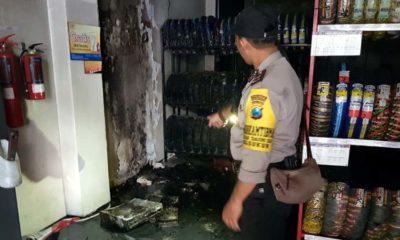 Petugas Polsekta Sukun saat menunjukan sisa kebakaran. (ist)
