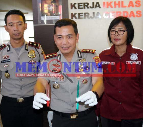 SIKAT GIGI : Kapolresta Malang Kota AKBP Leonardo Simarmata tunjukan senjata yang digunakan Nur Kholis. (ist)