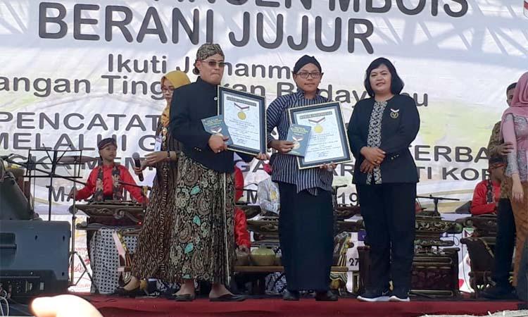 Walikota Malang Drs H Sutiaji saat mendapat penghargaan rekor MURI. (gie)