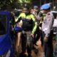 RAZIA : Petugas gabungan melakukan pemeriksaan mobil. (ist)