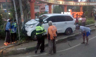 RINGSEK : Mobil Xenia menabrak tiang listrik. (ist)