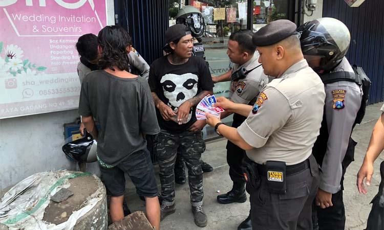 STIKER : Penjual Stiker di perempatan lampu merah Gadang saat didatangi petugas Sabhara Polresta Malang Kota. (ist)
