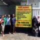 Warga Perum Prisma Cluster saat menunggu kedatangan pihak PN Malang dan Penggugat dalam agenda PS. (gie)