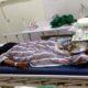 KORBAN KEKERASAN : Ipunk saat dalam perawatan di IGD RSSA Malang. (ist)
