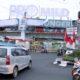 Penutupan papan reklame di atas Toko Avia yang dilakukan oleh pihak vendor (kik)