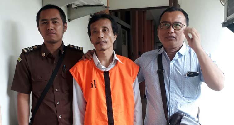 Sugeng saat akan dibawa ke sel transit PN Malang. (gie)