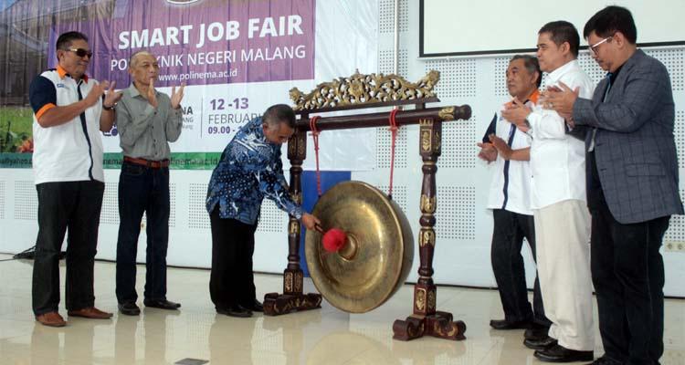 Pemukulan gong oleh Pudir IV, sebagai simbol pembukaan Smart Job Fair Polinema 2020. (rhd)