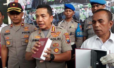 Kapolresta Malang Kota Kombes Pol Leonardus saat menunjukan kotak isi narkoba yang menyerupai buku. (gie)