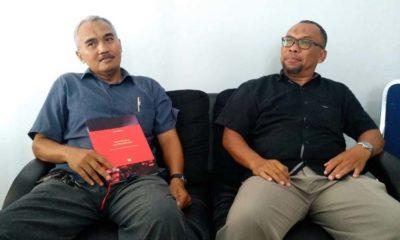 Dr Sudarmadji bersama Kepala UPT Percetakan dan Penerbitan, Dr Abd. Muqit, SPd, MPd, menjawab pertanyaan awak media. (rhd)