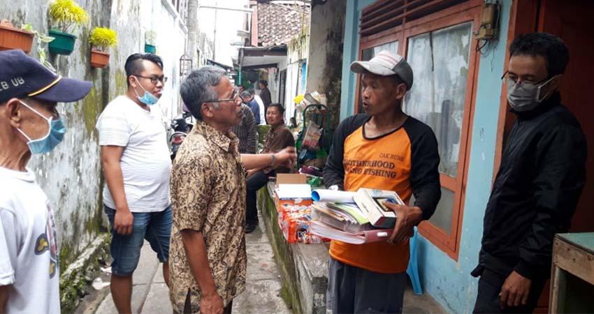 Foto Selo semasa hidup saat berinteraksi dengan warganya. (ist)