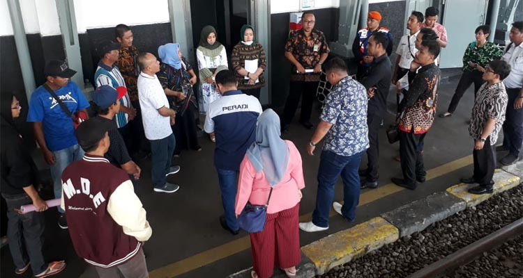 majelis hakim menyimpulkan para penggugat dan tergugat di Stasiun Kota Lama. (gie)