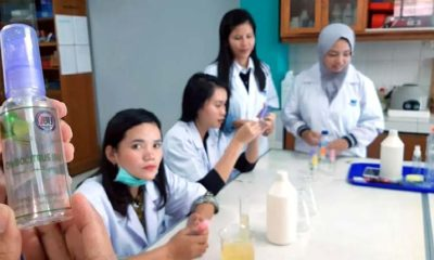 Proses pembuatan hand sanitizer di laboratorium biologi IBU. (ist)