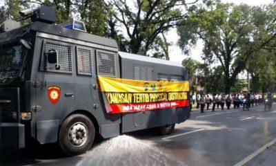 Kendaraan Water Canon Polresta Malang Kota digunakan untuk penyemprotan cairan Disinfektan di Jl Ijen. (gie)