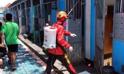 Petugas PMI saat nelakukan penyemprotan di Lapas Klas 1 Malang. (ist)