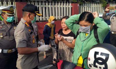 Kapolresta Malang Kota Kombes Pol Leonardus saat membagikan Masker dan Hand Sanitizer. (gie)