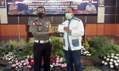 Kasat Lantas Polresta Malang Kota Kompol Priyanto SIK SH secara simbolik menyerahkan bantuan sosial kepada para sopir. (gie)