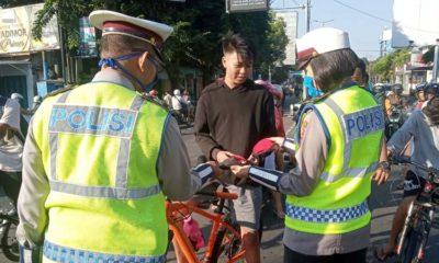 Unit Dikyasa Lantas Polresta Malang Kota saat pembagian masker. (ist)