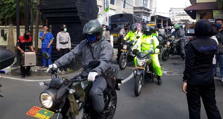 Anggota TNI Polri berangkat penyemprotan di Zona Merah. (gie)