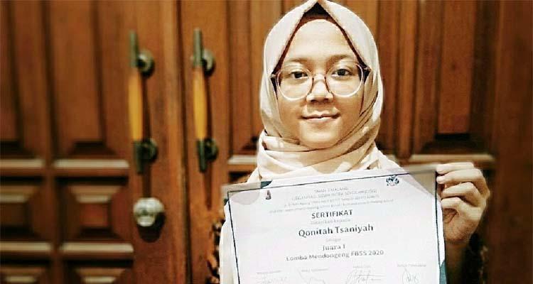 Qonitah Tsaniyah, menunjukkan sertifikat Juara 1 Lomba Mendongeng tingkat Provinsi Jawa Timur. (ist)