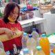 Inul Ngatipah saat melayani pembeli jamu. (jun)