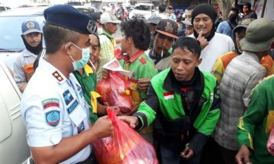 Kalapas Malang ajak Napi Bagikan Sembako dan Masker, Diserbu Masyarakat