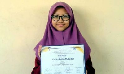 Nisrina Aqilah Mutiallah, menunjukkan sertifikat Juara II Lomba Cipta Cerpen FBSS 2020 tingkat Provinsi Jawa Timur. (ist)
