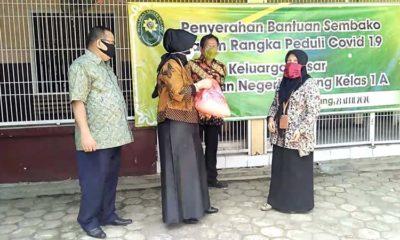 Ketua PN Malang Nuruki Mahdilis secara simbolis menyerahkan paket sembako untuk didistribusikan ke warga sekitar. (ist)