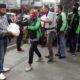 TACI Malang Raya saat membagikan sembako di Jl Kawi. (gie)