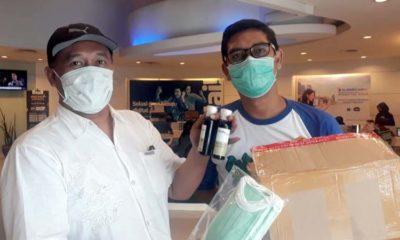 Ketua PWI Malang Raya, Ariful Huda saat menerima masker dan HS. (ist)