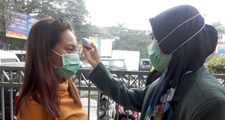 Screening dan penumpang KA yang bertujuan ke Kota Malang. (gie)