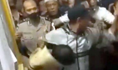 Kondisi pelaku terbungkus slimut saat diamankan petugas. (ist/repro)