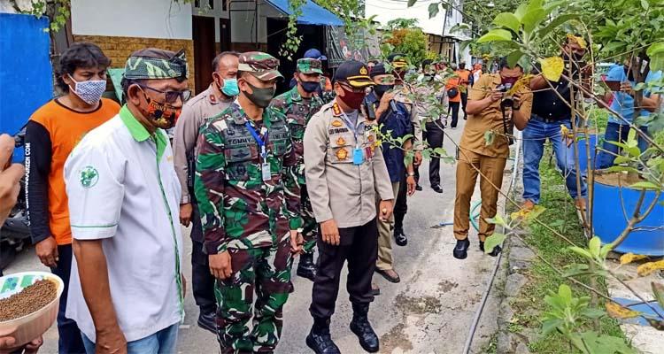 Kapolresta Malang Kota Kombes Pol Dr Leonardus bersama Dandim 0833 Letkol Inf Tomny Anderson saat tinjau Kampung GWS. (ist)