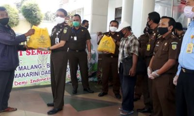 Kepala Kejaksaan Negeri Kota Malang Andi Darmawangsa saat membagikan paket sembako. (gie)